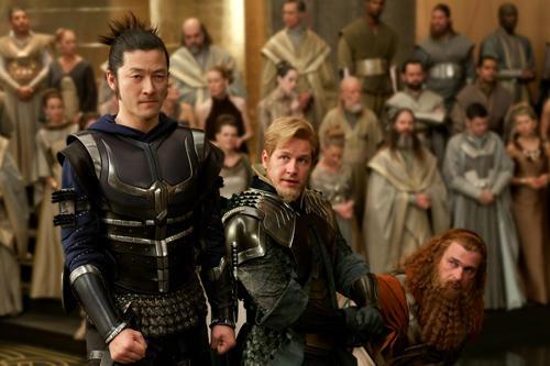 浅野忠信(左)は、ソーに仕える3人の戦士の 1人としてアクションも披露