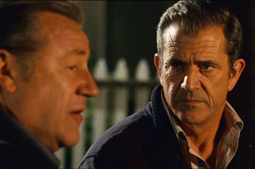 レイ・ウィンストン演じる謎の男(左)と交わす 修羅場をくぐってきた男同士の奇妙な友情も必見