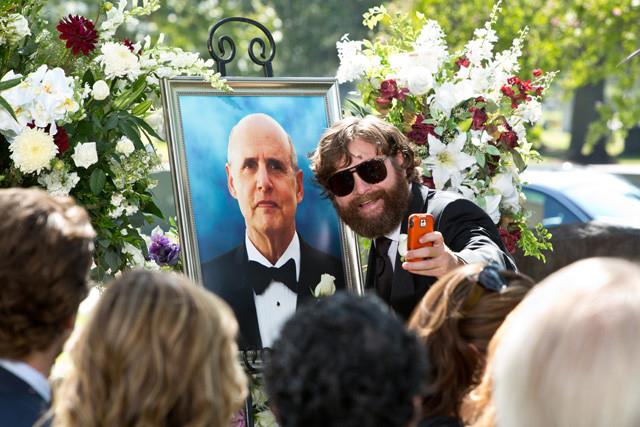 父親の葬儀にも関わらず大はしゃぎのアラン