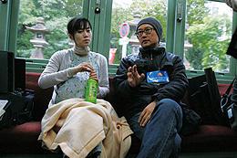 撮影中の堤監督(右)本作以外にも多数の企画を抱えて大忙し