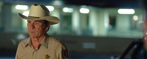 老保安官ベルが目撃する荒廃した世界とは?