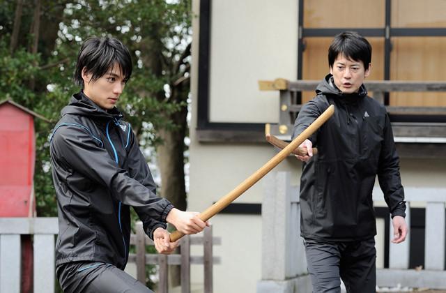 福士蒼汰(左)も見事な殺陣を披露する