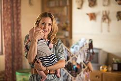親友の可愛い赤ちゃんを抱きかかえるアナ