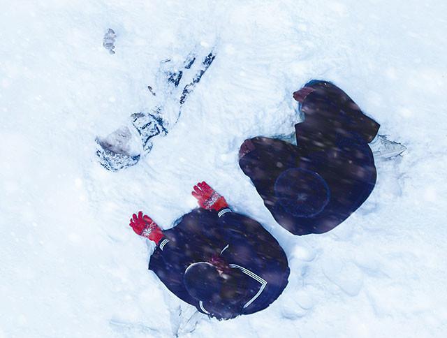 雪の日の朝、校庭で転落死体が見つかる