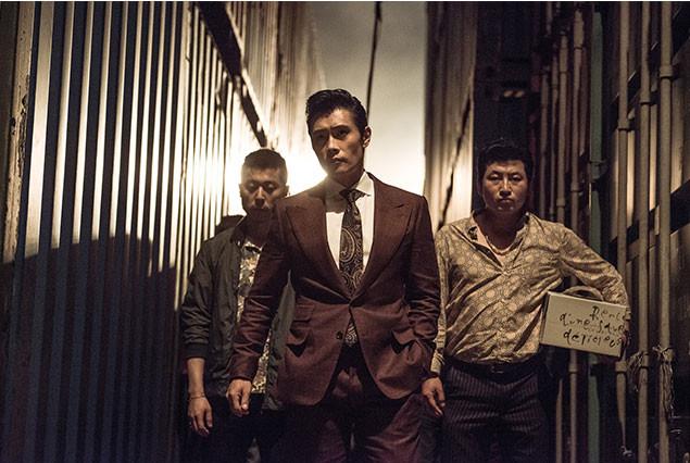 スーツを着こなし、裏社会で暗躍するビョンホンの「悪」の魅力も見逃せない