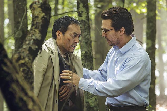青木ヶ原を訪れたアーサー(右・マコノヒー)は、さまようタクミ(左・渡辺)と出会う