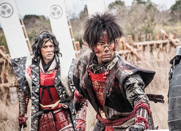 (左から)大坂の陣に挑む真田幸村(加藤雅也)と猿飛佐助(中村勘九郎)