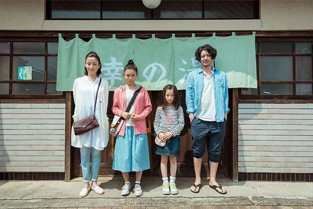 (左から)熱いきずなで結ばれた家族に扮した宮沢、杉咲花、伊東蒼、オダギリジョー