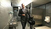 イケてるナイスミドルが、どうしてこんなトイレに? 驚きの生活を追った注目作登場!