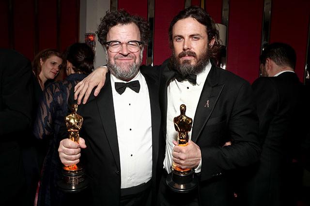 見事にオスカーを手にしたケネス・ロナーガン監督(左)とケイシー・アフレック(右)