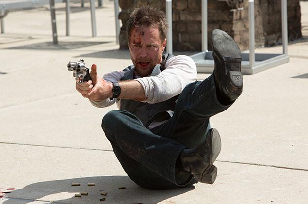 命を狙って次々と現れる刺客を、華麗に倒していくロックウェルのアクションが見もの!