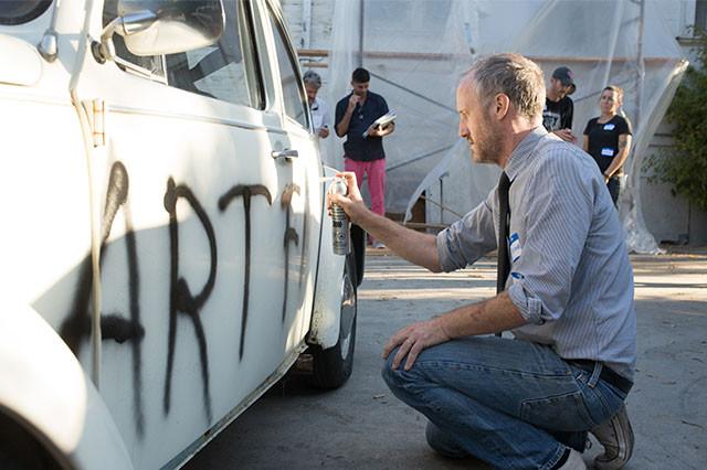 劇中に登場する車への落書きもマイク・ミルズ監督自らが施していた!