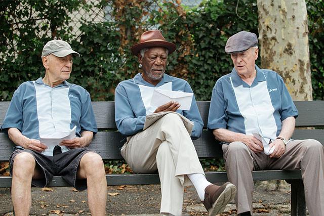 気の合う仲間たちと悠々自適に過ごしていたのに、年金が突然なくなってしまう!?