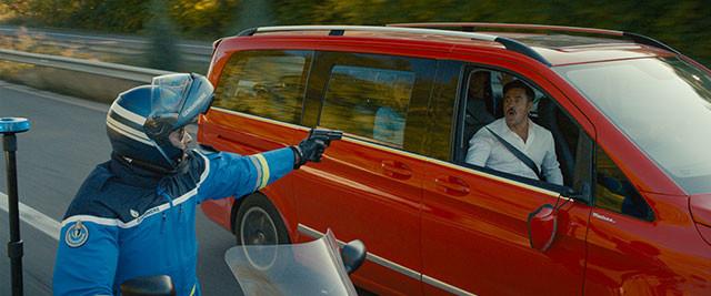 白バイ隊員にスピード違反の犯罪者と間違えられ、銃を向けられる! 悪いのは車です!