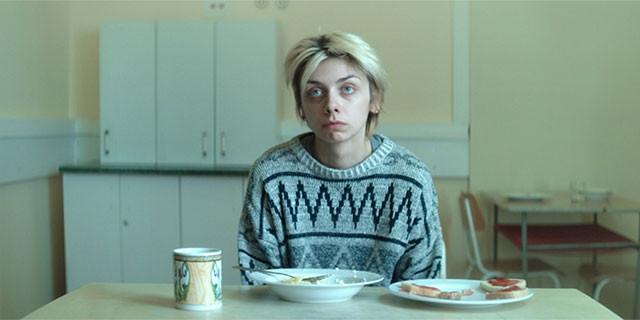 心身を病む娘役として壮絶な演技を見せるのは、本作でデビューのユスティナ・スワラ