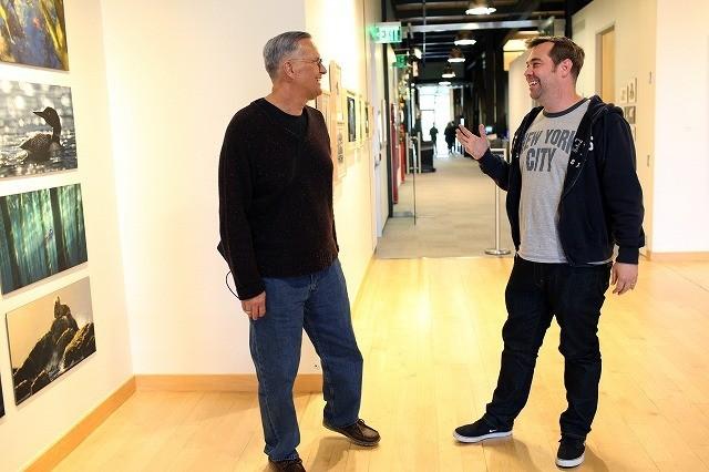 スタジオで談笑する2人