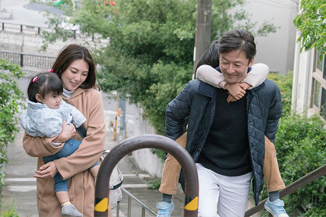 """バツイチ同士の夫と妻、そして連れ子2人が、""""本当の家族""""になるまでを描く"""