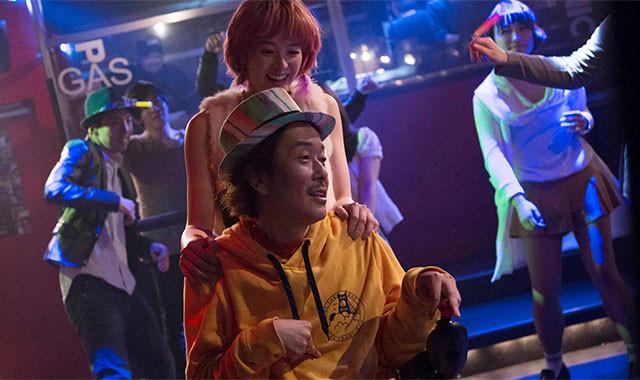 クラブで2人がダンスを踊るシーンは、本作の中で随一のロマンティックな場面だ