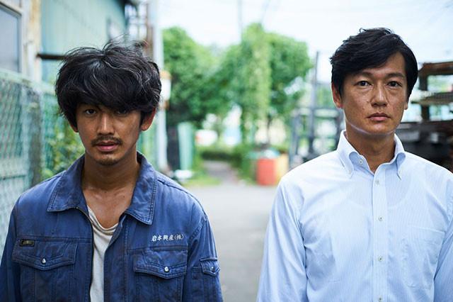 25年ぶりに、愛情と憎しみが渦巻く再会を果たすふたりを演じた瑛太(左)と井浦(右)