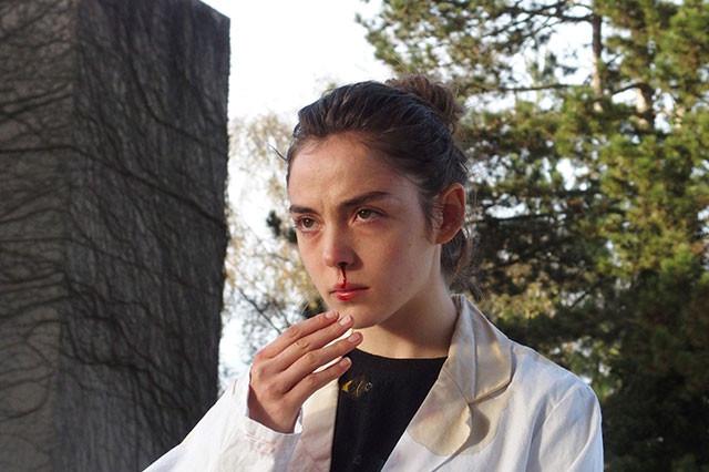 ヒロインが見つめる先は? なぜ鼻血を流しているのか? 謎めいた物語が興味をそそる