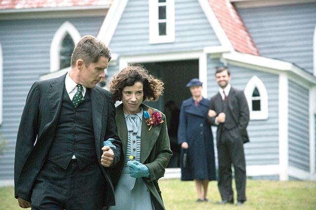 サリー・ホーキンスとイーサン・ホークが、持ち前の卓越した演技力で夫婦役を妙演