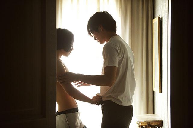 松坂が女性の欲望を肯定する「娼夫」に扮し、女性、そして自らの魂を解放させていく