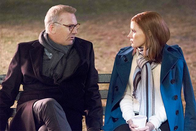 ケビン・コスナー演じる父親(左)とブルームの間にある、複雑なドラマも描かれる