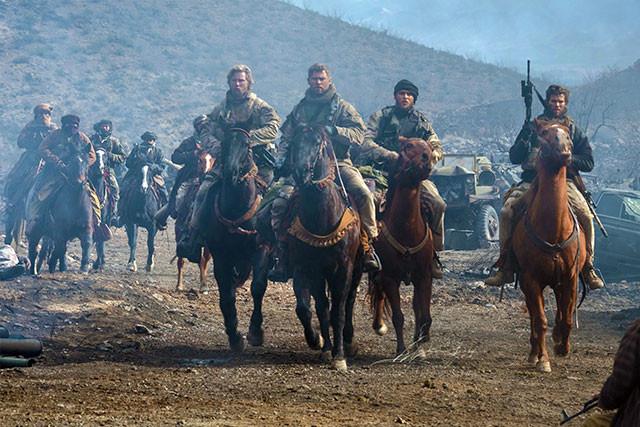 馬も、爆発も、戦車も戦闘機も、すべてが本物! クライマックスの戦闘は臨場感満点