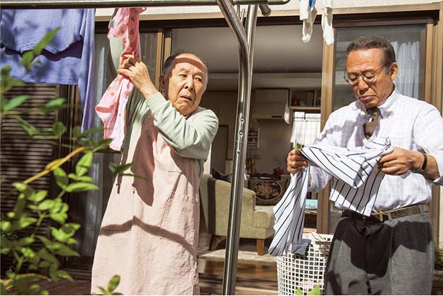 橋爪功(左)と小林稔侍(右)の掛け合いなど、ついニヤリとしてしまうユーモアが満載