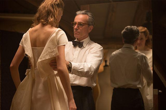 天才仕立屋レイノルズは、見初めたアルマをモデルにドレスを作り続けるが……