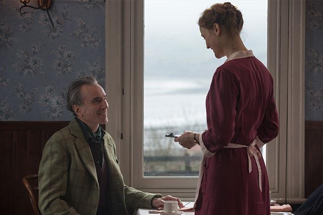 レイノルズとアルマが、初めて出会うシーン──ここからすべてが始まる