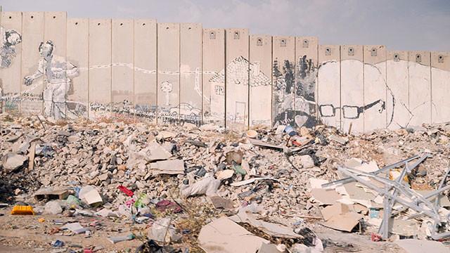 パレスチナとイスラエルを分断する巨大な壁を、壁画が「心をぶち抜くヤバイ武器」に!