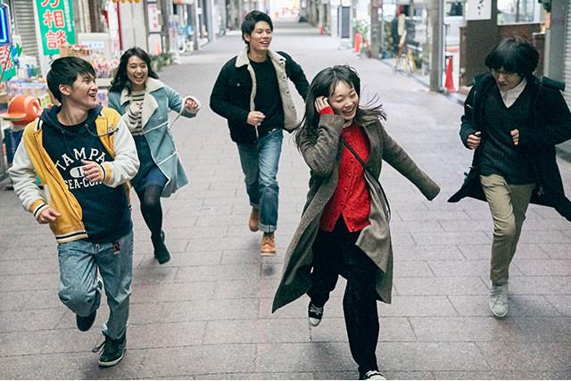 舞台は、東京に近いとも遠いともいえない群馬県・高崎市。絶妙な距離感がドラマを生む