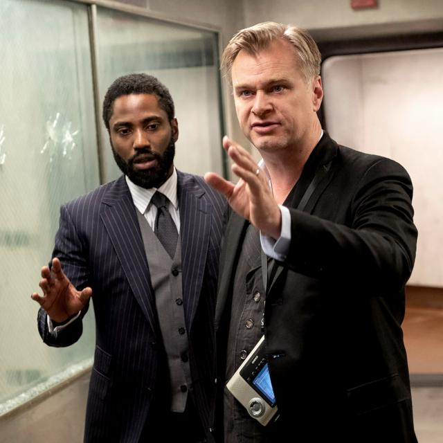 監督のクリストファー・ノーラン(右)と、主演のジョン・デビッド・ワシントン