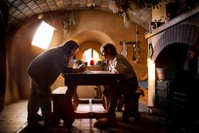 (左より)「ホビット」の撮影現場で打ち合わせ中のピーター・ジャクソン監督とマーティン・フリーマン